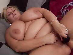 Chunky housewife toys her pussy