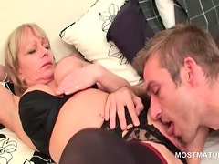 Teen stud licking mature horny pussy in bed