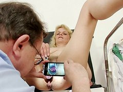 Being in the gynecologist's study horny Isabela pleases her mature twat