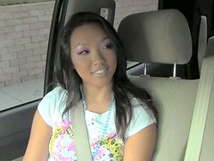 Coche - Teen asian girl shows her  tempeting panties in the car