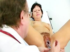 Mature donna Eva visits gyno doctor to have gyno examined