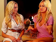Pelo largo - A Chat Between two very Sexy Blondes