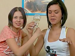 Adolescentes lesbianas - Drunk teens fuck each other with strap on dildo