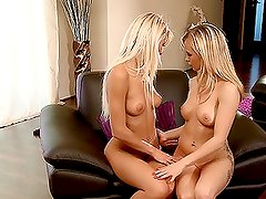 Sexo oral lesbiano - This video contains two hot blondes eating each other's pussies