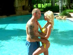 Tight blonde strumpet brags with her body on the beach