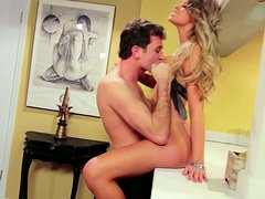 Horny stud pleases Jessa Rhodes' wet cunt on bar