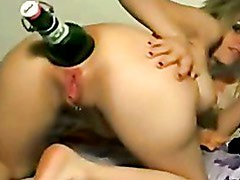 Self destroing her asshole with a bottle. Amateur extreme