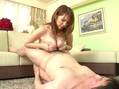 Japanese mommy Hitomi Araki pleases two men at a time