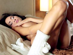 Sensual babe likes fingering her pussy