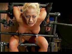 Crafty bondage device perfect to fuck blonde's pussy with vibrator