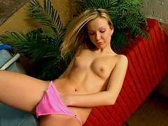 Mesmerizing Cindy wanks on cam by the poolside