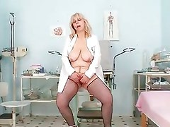 Busty Amateur Lady Moves Her Pus...