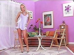 Silvia Saint knows how to use a dildo