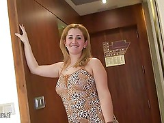 Mature housewife Marisol loves to play with her pussy