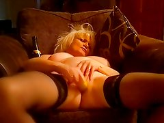 UK MILF AT THE WINDOW FOR THE ALL TO SEE