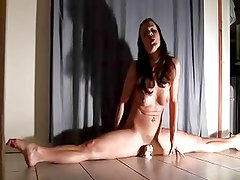 Flexable Gymnast Fucks Dildo