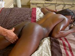 Shapely ebony whore  gets her sweet pussy expertly eaten out