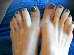 Cums on her toes