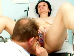 Skilled gyno causes her great pleasures