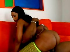 Creamy pussy of bootyful ebony babe Raven Sky is filled with BBC