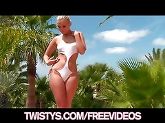Big-booty blonde shows off her new bikini & cums poolsi