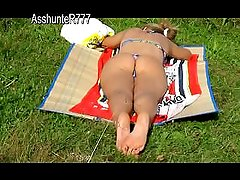 Hot Sweet ass in a thong of a young girl that sunbathing Prewiev