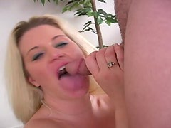 Bubble butt milf gives an energetic blowjob