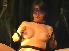 Masked amateur babe gets her pussy pumped