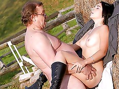 Joven viejo - Teen loves horses and senior cock to please