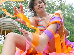 Outdoor show from teen seductress
