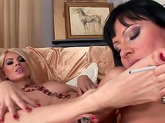 Fumando - Adorable and hot Kleopatra La Roux with long legs wants to rub her cuties kitty