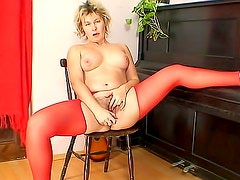 Mature in sexy stockings bangs her pussy