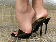 Valery Summers shows off her feet and plays with her pussy