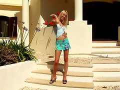 Al aire libre - Slim Blonde With Small Titties Taking A Piss.