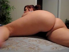Amateur hottie shakes her thick round booty