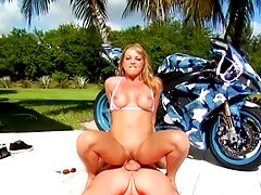 Outdoor cumshot for a sexy blonde