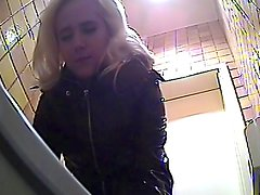 Blonde is demonstrating her booty on the hidden camera