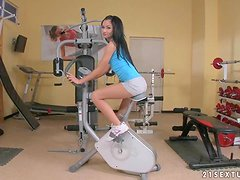Work Out Ends with Toys in Her Snatch for Beefy Lipped Brunette