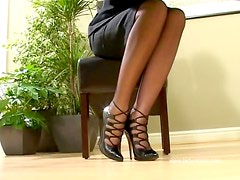 Awesome milf in stockings plugs her twat