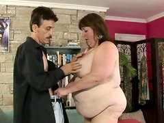 Awfully obese brunette whore Mindee Mounds blows cock