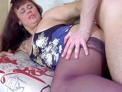 Anal loving mature babe gets fucked hard in her ass