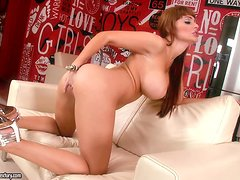 Alette Ocean is a babe, who loves masturbating