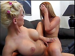 2 lesbians playing with their pussies