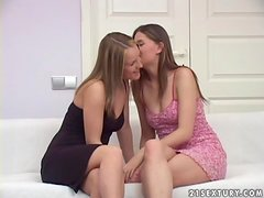 Three hot chicks has the best lesbian threesome in their lives